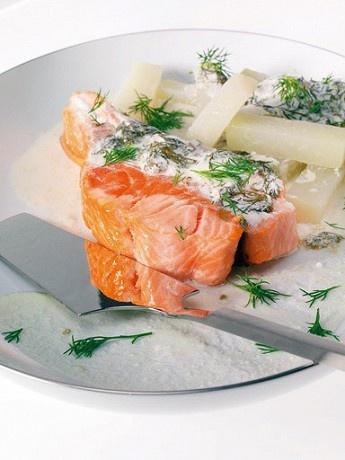 Степень прожарки лосося — личное дело каждого. Если качество рыбы и эстетическое чувство позволяют, лучше оставить лосося внутри полусырым. Если есть сомнения и в той и в другой части, прожарьте лосося как следует