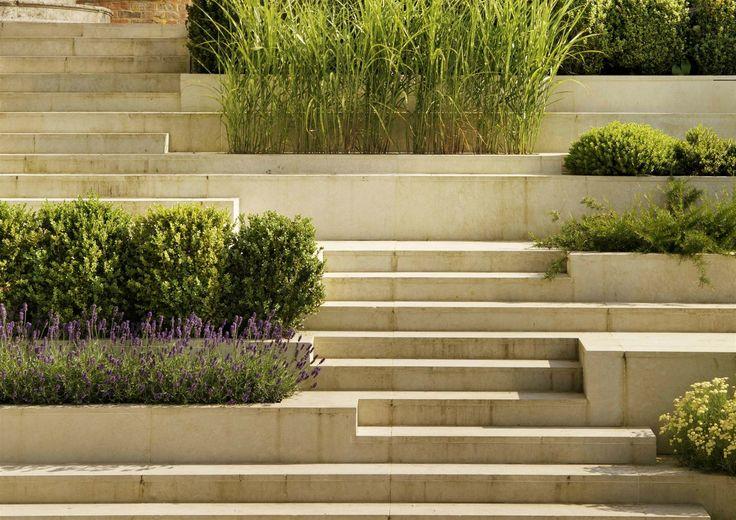 Příjemná terasovitá zahrada, která navazuje na nový blok, je plná voňavých bylinek.