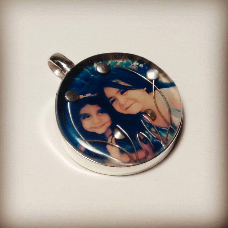 Foto encapsulada en resina con base y detalles de plata