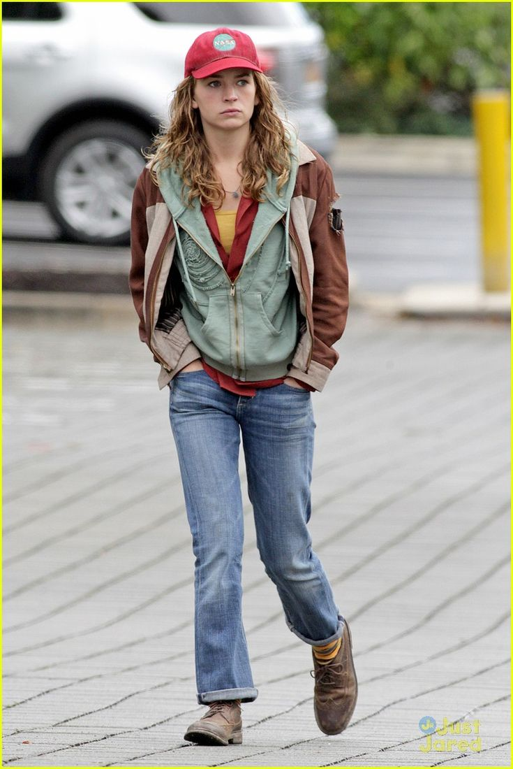 A good look at Britt Robertson entire costume as Casey ...
