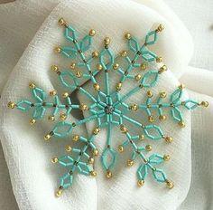 Бирюзово-золотистая снежинка Эта красивая снежинка смотрится очень необычно и оригинально. А сочетание бирюзового и золотистого бисера – непревзойденно, для украшения новогодней елки