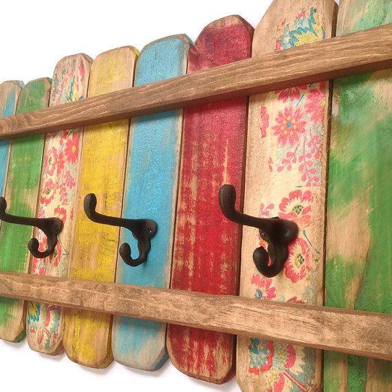 Un unique original bois portemanteau avec crochets bonnet et manteau de fonte aspect rouillé. Un écran joyeux peint en vert, jaune, bleus, rouges et floral puis en difficulté et protégés.  Organisez votre maison avec celui-ci dun rack de bel nature.  Je fais ces porte-manteaux colorés dans mon atelier de menuiserie et chacun a le charme et le caractère unique.  Le dos a 2 métal solide, keyhole matériel supports ont déjà fixés espacés de 16. Parfait pour la salle de bain, la chambre, ou la…