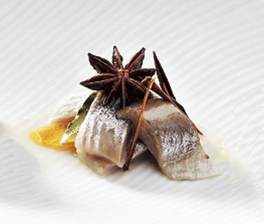 Överraska med kryddig aptitretare. Kanel- och stjärnanissill är en snabblagad sillinläggning med utsökt smak. Kanel, kryddnejlikor och stjärnanis ger sillen sin juliga smak.