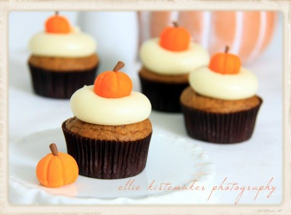 Perfect for this time of year! Pumpkin Cupcakes with Maple Cream Cheese Icing + tutorial! via @Sweetopia ~ Marian Poirier