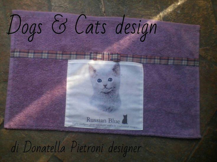 1419 - Tovaglietta in spugna Lilla con tasca e gatto. Pezzo unico. Dogs & Cats design di Donatella Pietroni designer