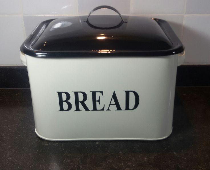 voor in de landelijke keuken, je brood bewaren in een broodtrommel op het aanrecht, roomwit met zwart. verkrijgbaar bij Legrati Smeedijzer