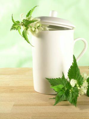 Une recette facile à réaliser pour les cheveux à base de vinaigre de cidre et de plantes aromatiques.
