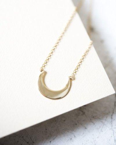 MOON GARGANTILLA. Sencilla gargantilla de 40 cm de plata bañada en oro con motivo de media luna. Perfecto para tu día a día. Puedes combinarla con los pendientes RING. #gargantillas #collares #bisuteria #regalos #mujer