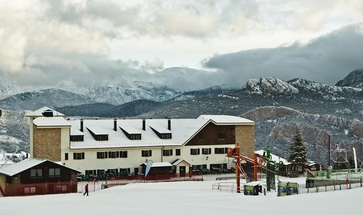 EL Hotel Serhs Ski Port del Comte es el único ubicado a pie de pistas de la estación de Ski de Port del Comte.  El Hotel Serhs Ski Port del Comte es un establecimiento de montaña de categoría 2 estrellas situado a pie de pistas de la estación de esquí Port del Comte, muy apreciada por su proximidad.    Se encuentra en medio del Pre-pirineo, muy cerca de las principales capitales catalanas: 140 kilómetros de Barcelona, 130 de Lleida, 150 de Tarragona y 160 de Girona.