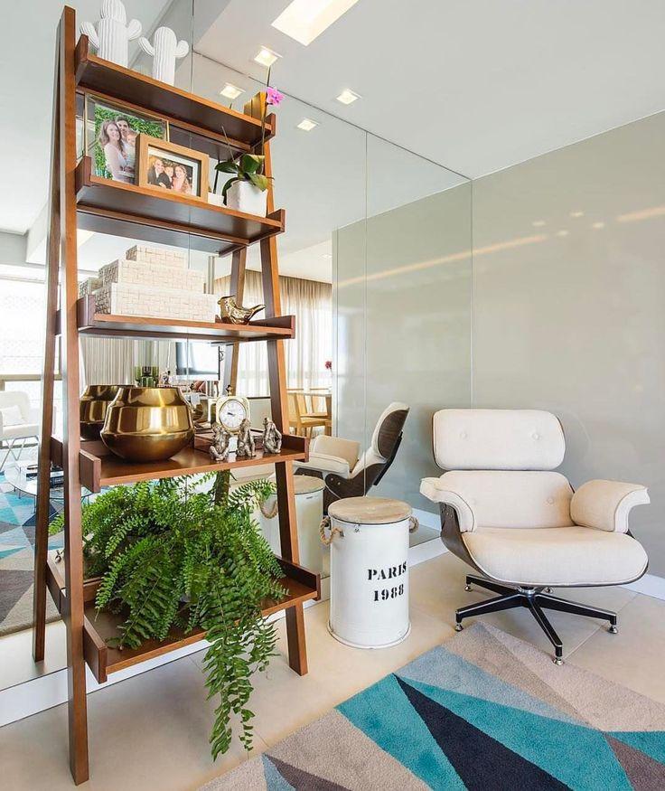 Cantinho lindo {} A estante estilo escada ficou super charmosa e o espelho na parede é sempre uma ótima solução para ampliar o ambiente  { Projeto Fabrica Arquitetura }