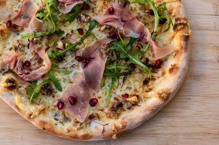Pizza med serranoskinke, valnøtter og granateple