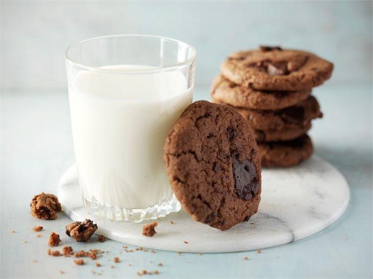 Suklaa cookiet. Voit laittaa cookieihin sekä valko- että tummaasuklaata tai vain toista. http://www.valio.fi/reseptit/suklaa-cookiet/