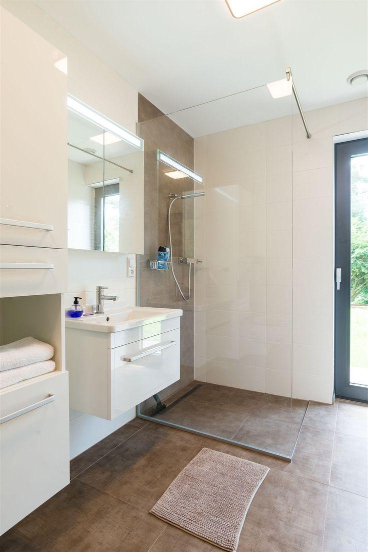 Obě koupelny, jako hlavní důvod stavby domu, si na nezájem nemohou stěžovat.