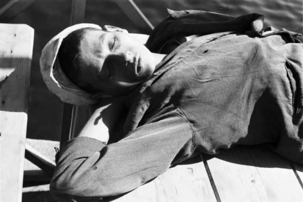 Patellani Federico fotografo   1941 Porto di Napoli. Ritratto maschile - giovane si riposa
