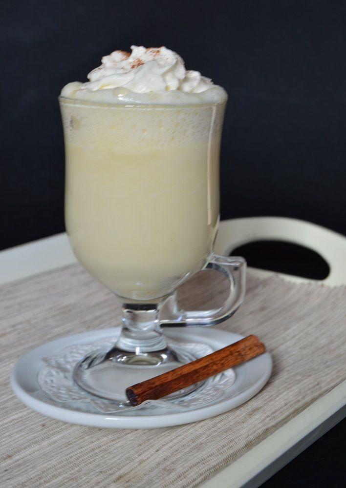 Fehér forró csokoládé (Hozzávalók 4 személyre: 8 dl tej, 25 dkg fehér csokoládé, 1 csapott evőkanál cukor, 1 teáskanál vaníliakivonat, 2 dkg étkezési keményítő A tetejére: tejszínhab, fahéj) #whitechocolate #hotchocolate #dessert