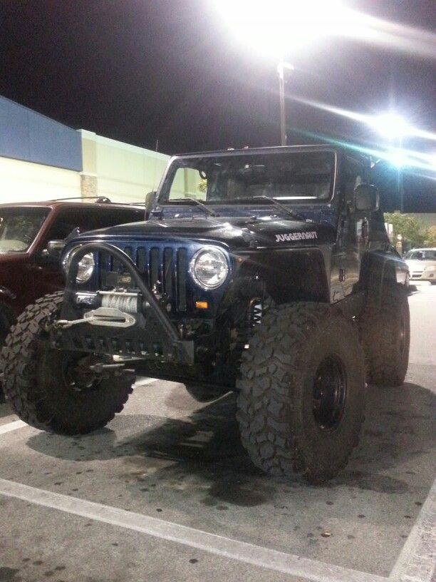 Sweet Jeep I saw at Best Buy last week.....I almist asked the guy if he wanted to sell it....I WAAAAAAAAANT!!