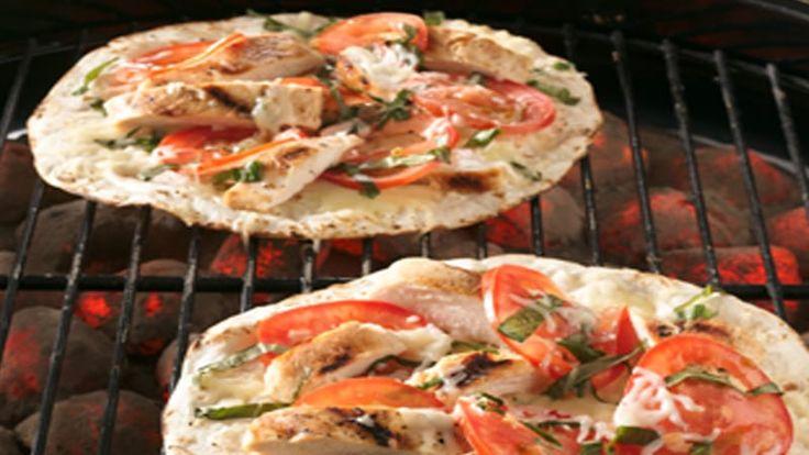 Siirrä juhlat pihalle! Tortillalevyjen ja muutaman täytteen avulla voit tehdä yksilöllisiä pitsoja neljälle tai vaikka neljällekymmenelle hengelle.