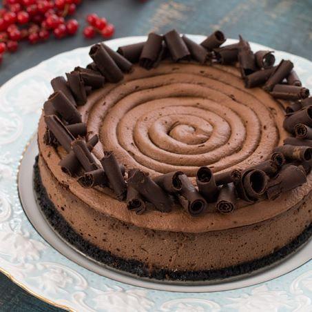 Cheesecake. Ένα αγαπητό, ελαφρύ επιδόρπιο και όχι μόνο που σίγουρα απολαμβάνουν μικροί και μεγάλοι. Η προσθήκη σοκολάτας σε ένα cheesecake το μετατρέπουν σ