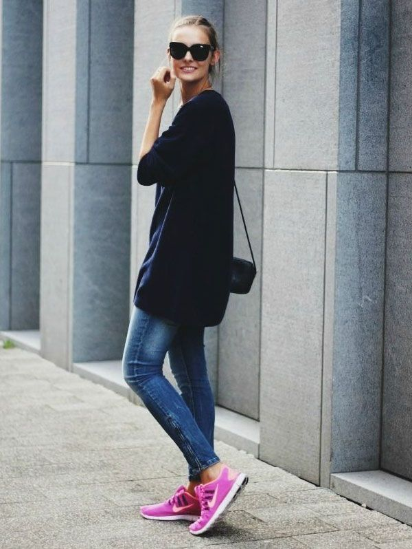 Look da blogueira Polienne com calça jeans + maxi suéter + tênis de corrida.
