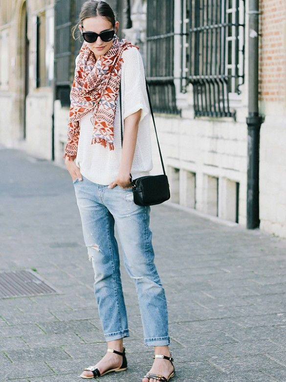 Paulien Riemis of Polienne wearing distressed boyfriend jeans and a summer scarf. // #StreetStyle #OutfitIdeas