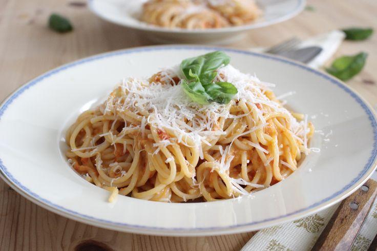 Spaghetti s omáčkou z pečených paprík