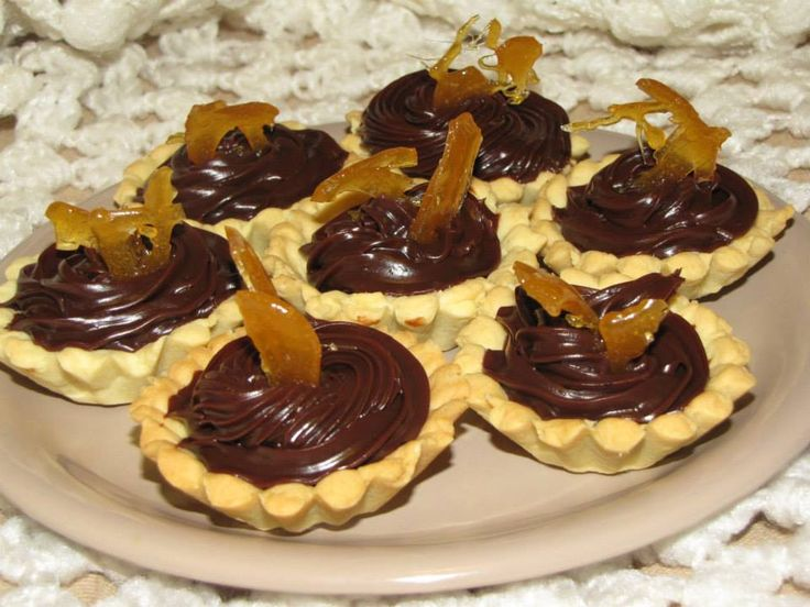 Mini tarte cu crema brigadeiro