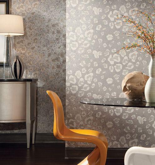 O papel de parede vinílico com manchas dá textura e combina com móveis modernos e vidros, deixando o ambiente leve. Seus tons em cinza e bege metálico trazem seriedade e harmonia à decoração.