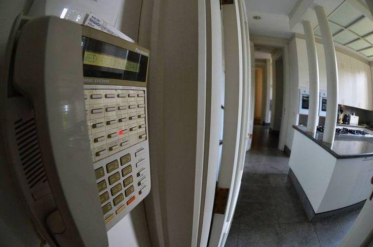 Apesar de ser da década de 30, algumas coisas na casa estão adaptadas à realidade atual. Ela possui uma central telefônica, com 32 ramais espalhados pela propriedade, rede wi-fi com 14 repetidores (a internet funciona em todo o terreno), repetidores de telefone sem fio, além de 256 sensores de presença e de vidro quebrado e 23 câmeras