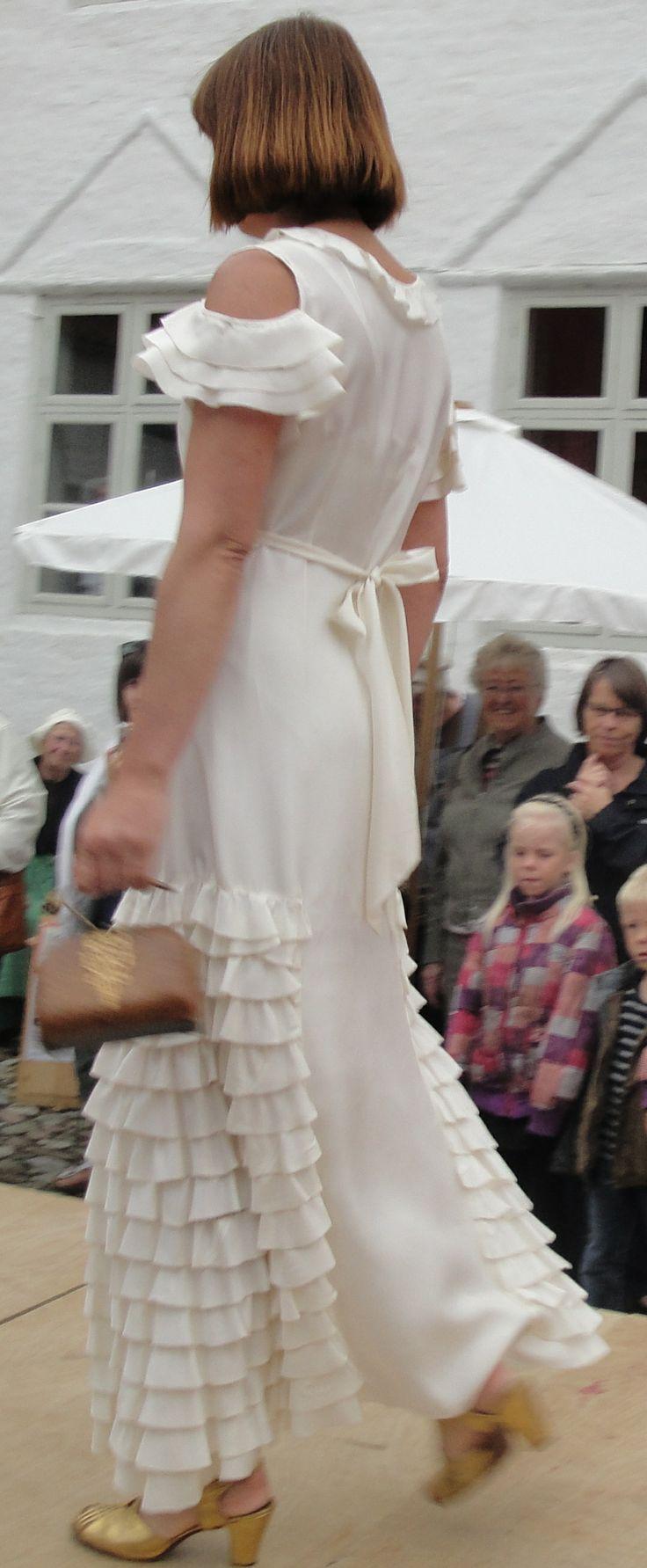 Historisk modeshow på Bratskov 2011. Kjole fra 1910-20