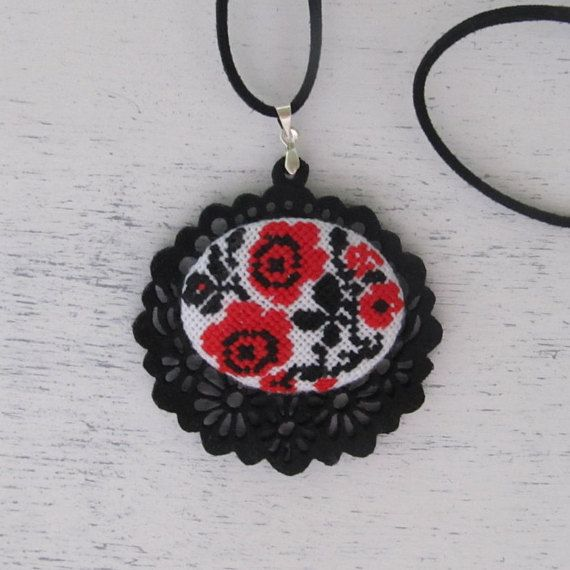 Εθνική κρεμαστό τριαντάφυλλα, Κετσές, Υφάσματα, σταυροβελονιά κολιέ, Micro κεντήματα, Floral μοτίβο, κόκκινο τριαντάφυλλο, κοσμήματα, Μαύρο, καθημερινές βαμβάκι, Ουκρανία στυλ