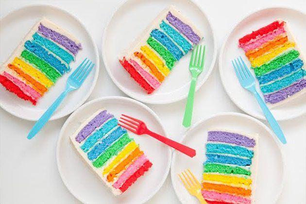 Tarta de boda con los colores de la bandera del orgullo gay.