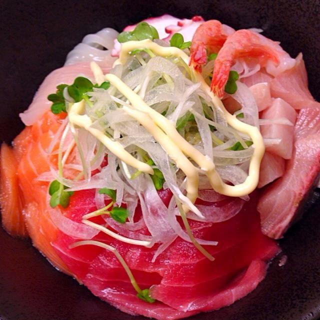 """マグロ、サーモン、ブリ、ホタテ、甘エビ、タコ、ヤリイカ…もっと食材があれば華やかに作れたのですが…。 - 74件のもぐもぐ - Bowl of rice topped with """"Sashimi"""" 海鮮丼 by UsedChef"""