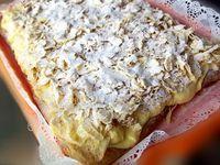 Una din cele mai bune retete de prajituri inventate vreodata este cunoscuta, in paralel, sub toate denumirile din titlu, din germana cremeschnitte - placinta cu crema, maghiarii ii zic...