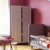 Laurette Kinderkledingkast Parisienne pale grey, babybedje L Accroche-coeur dark grey en tafel kinderkamer met krukje Haricot in oud roze