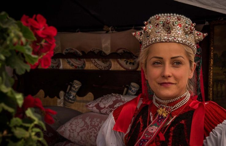 Transylvania hosts a significant Hungarian minority and they do a wonderful job at preserving their identity and traditions. One of the best ways to experience this is at the Rosehip Festival which takes place every October in the village of Sancraiu, 1 hour away from Cluj Napoca in the wider region called Calata.