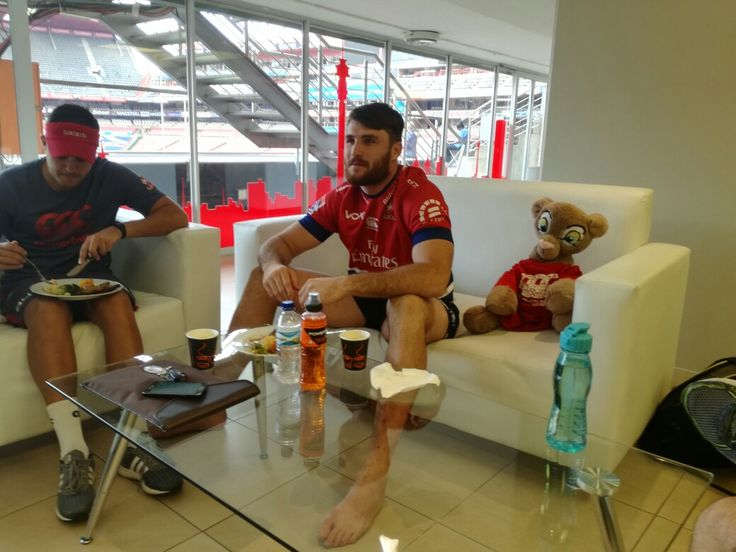 Spending some time with Lourens Erasmus after captain's run on Friday before the team went to Port Elizabeth for their Suoer Rugby match against the Kings!  Remember to head to our Facebook, Twitter and Instagram pages to stay updated on all the scores throughout the game!  #LeyaTheLions #EmiratesLions #Liontainment #Lions4Life #SuperRugby #BeThere #MyLionsMoment #KINvLIO