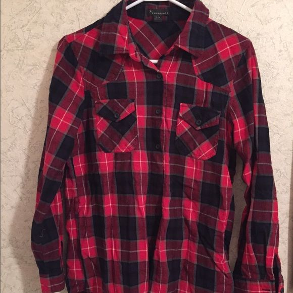 Forever21 plaid flannel style button up shirt Trendy buffalo plaid shirt. Worn once! Warm and cozy and gently loved. Forever 21 Tops Button Down Shirts