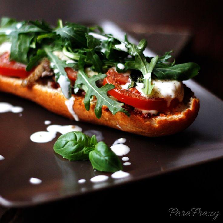Zapiekanki z suszonymi pomidorami, szynką parmeńską, rukolą i sosem czosnkowym http://parafrazy.pl/zapiekanki/