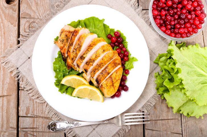 La tagliata di pollo è un piatto fresco e light, croccante fuori e morbido dentro, da servire su un letto di rucola e pomodorini.