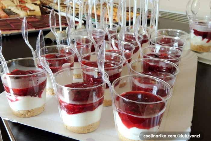 Vynikající falešné cheesecake sklenice s ovocem.