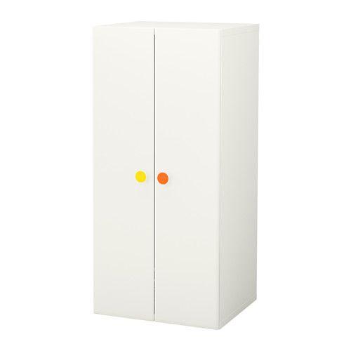 IKEA - STUVA / FÖLJA, Armoire-penderie, , Les autocollants colorés permettent de personnaliser facilement vos tiroirs et armoires.Vous pouvez également écrire à la craie sur l'autocollant pour facilement retrouver ce que vous avez rangé.Rangement bas qui permet aux enfants d'atteindre plus facilement leurs affaires et de les ranger.Le rail de l'armoire permet de suspendre vos vêtements, tandis que l'étagère et le panier vous permettent de les ranger pliés.Assez profond…