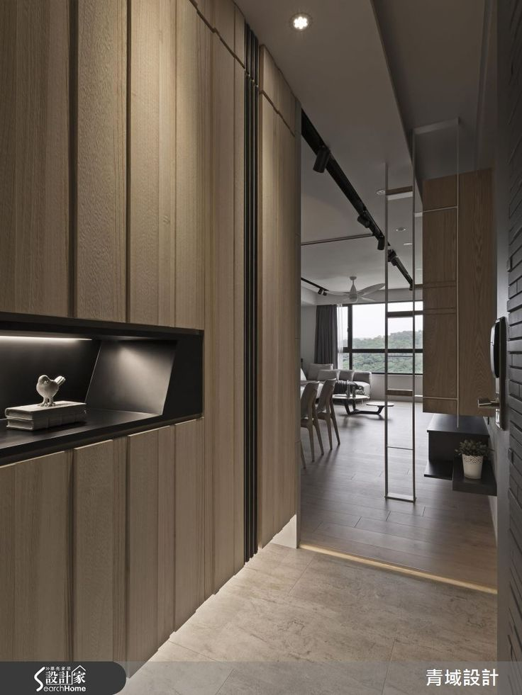 隨著孩子成長,開始需要自己的獨立空間,喜愛簡潔自然的屋主夫妻,從原本的新婚居所,換到較大的住宅,他們期待有一個貼近大自然的舒適居所,增進家人間的互動,並且增加充足的收納量。設計師以隱性設計和開放空間,抹去雜亂收納視覺,為一家 3 口打造簡約清新的居家印象。  在規劃原本的新婚住宅時,年輕的屋主夫妻便和設計師有愉快的合作經驗,因此這次新家設計,屋主也決定與設計師合作。走進具有美好窗景的 36 坪新成屋,採用清水模、淺色木質,輔以深色線條,開啟清爽簡潔的居家畫面,為了延展空間感,以開放式設計擴大公共區域的範圍,讓動線自由連貫,親友來訪時可以擁有較大的待客空間;而當男屋主處理工作事務時,也能隨時陪伴最愛的家人,增進家庭成員間的親密互動。至於收納安排,除了眼前可見的整面書牆,玄關、餐廳旁皆以造型門片分別隱藏鞋櫃和儲藏室,兼具實用和美觀的考量,收整清爽視覺。主臥室合併隔壁的一小房,讓臥室中能擁有完整的更衣室,運用捲簾彈性調節隱私性,換衣物時也不會打擾到另一半的睡眠;小孩房則運用甜美色彩和純白實木百葉窗,營造童話般的睡眠氛圍。  小編的最愛…