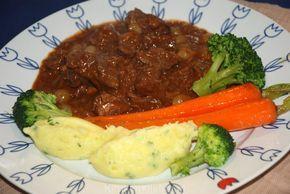 Het geheim van grootmoeders draadjesvlees zit hem in goed vlees en eenvoudige ingrediënten. Het resultaat is boterzacht vlees en een verrukkelijke saus!
