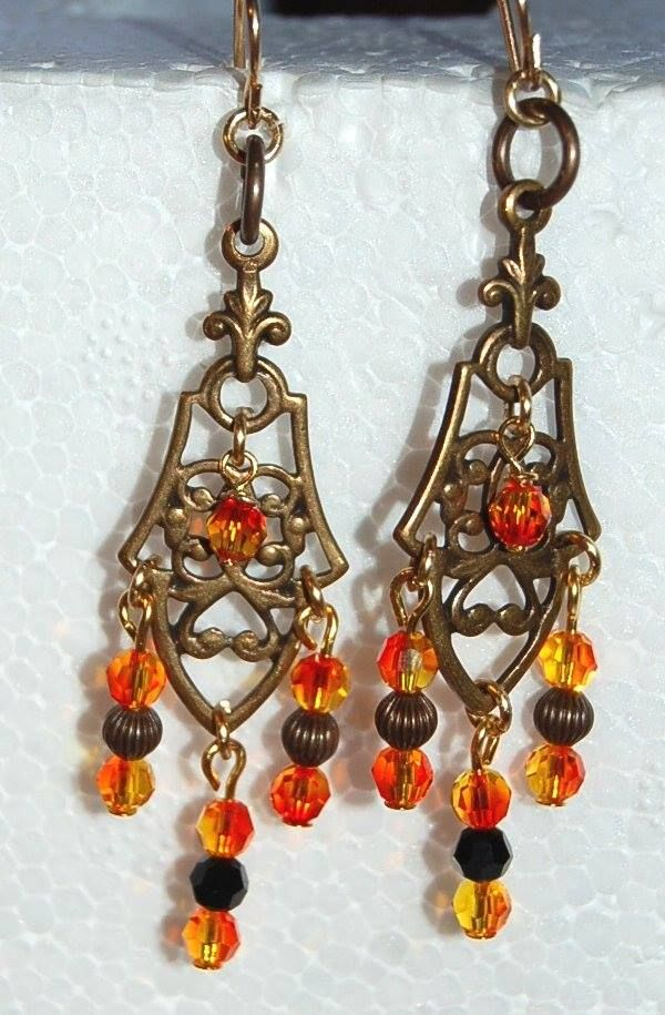 """""""Gotica"""" örhängen med mässing hänge och Swarovski eldopal pärlor. Öronkrokarna är guldpläterade. Storlek 6 cm"""