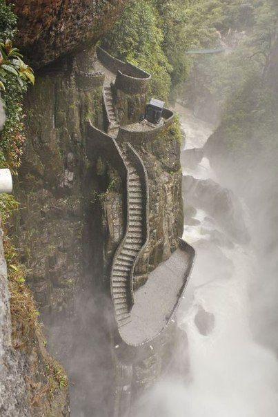 Лестница в Каньон рядом с водопадом Паилон дель Диабло, Эквадор