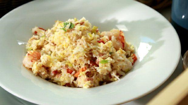 V dalším díle pořadu Teď vaří šéf se Zdeněk Pohlreich zaměřil na rýži. A jako první recept připravil smaženou rýži Nasi Goreng.