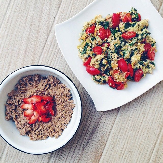 My new program is FUCKING PERFECT. Thank you @coach_charly and @gabyarce29 for giving my mornings a new meaning. I did 45 minutes of fasted cardio today (my energy was on point) and after that I had this awesome breakfast: egg whites + spinach + cherry tomatoes + pepper + unsalted spices AND (oh, yes) steel cut oatmeal + almond milk + whey + cacao powder + cinnamon + a strawberry. Now, that's a recovery breakfast. Credit goes to my beloved Coaches: Charly and Gaby. // Mi nuevo programa es la…