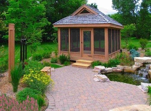 Hier ist ein Teich Seite Pavillon mit installierten Bildschirm Wände und eine Tür. Es ist ein Weg, um sicherzustellen, dass die Struktur draußen so viele Insekten wie möglich hält, da die Bildschirme manchmal einige lassen können Zoll