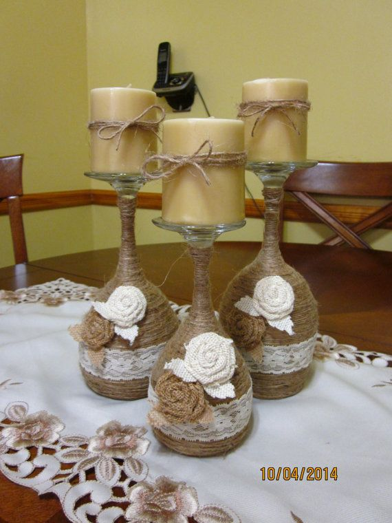 Conjunto de 3 mano envuelve los sostenedores de vela del vidrio de vino.  Estos hacen gran decoración para el hogar cada día y también haría los grandes regalos de Navidad o un regalo de calentamiento de gran casa. Cada copa de vino fue entregado envuelto en hilo y adornado con encaje y 2 rosetas de arpillera. Viene con velas de vainilla perfumado.