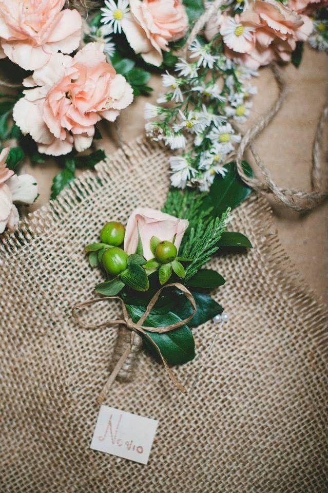 Botonier novio. matrimonio vintage. Flores Bogotá. Kharisma floral